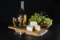 青纹干酪、酒瓶和葡萄 免版税库存图片