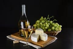 青纹干酪、酒瓶和葡萄 免版税图库摄影