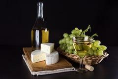 青纹干酪、酒瓶和葡萄 图库摄影
