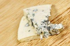 青纹干酪关闭在一个老木桌水平的宏观模子 图库摄影