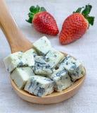 青纹干酪和草莓 库存图片