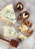 青纹干酪用蜂蜜和核桃 库存照片