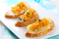 青纹干酪酸辣调味品芒果三明治 图库摄影