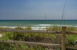 青绿色大西洋水在离墨尔本海滩的附近岸, 库存图片