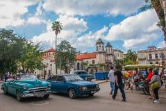 青绿色颜色减速火箭的美国汽车在宽容大教堂附近的 哈瓦那 古巴 免版税库存图片