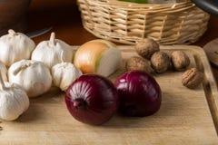 青葱、葱和大蒜在切板 库存图片