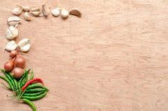 青葱、辣椒和拨蒜在木背景 免版税库存照片