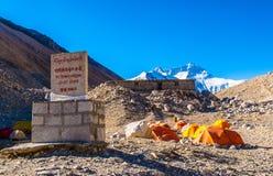 青藏高原场面珠穆琅玛(珠穆朗玛)营地 图库摄影