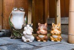 青蛙和猫雕象 库存照片