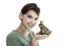 青蛙国王故事:年轻人被隔绝的妇女 概念为选拔, w 免版税图库摄影