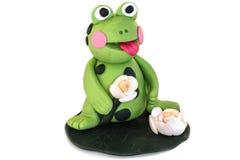 青蛙小雕象由聚合物黏土制成在白色背景 免版税库存图片