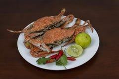 青蟹用泰国在一块板材的海鲜调味汁,在木头 图库摄影