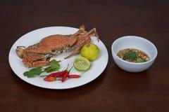 青蟹用泰国在白色板材的海鲜调味汁,在woode 库存照片