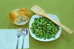 青豆,在板材的面包 免版税库存图片