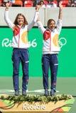 青铜色奖章获得者合作捷克Lucie Safarova (l)和Barbora Strycova在奖牌仪式期间在最后网球的双以后 图库摄影