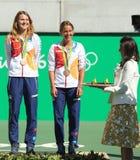 青铜色奖章获得者合作捷克Lucie Safarova (l)和Barbora Strycova在奖牌仪式期间在最后网球的双以后 免版税图库摄影