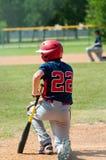 青年下跪棒球的男孩,当某人伤害了时 免版税库存照片