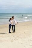 青年人使用selfie棍子在中国海滩岘港 免版税库存照片