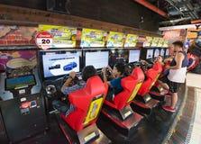 青年人和少年充当娱乐拱廊,曼谷Cit 免版税图库摄影