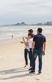 青年人在中国海滩使用selfie棍子岘港 库存照片