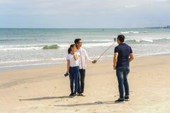 青年人在中国海滩岘港使用selfie棍子 库存照片