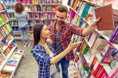 青年人在书店 免版税库存图片