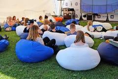 青年人在创造性的会议期间,坐舒适的装豆子小布袋 库存照片