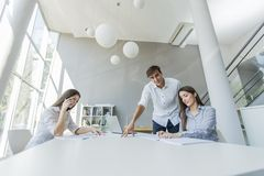 青年人在办公室 免版税库存照片