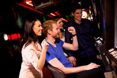 青年人在赌博娱乐场 免版税库存图片