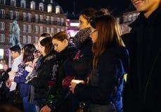 青年人在Strasbour的中心的举蜡烛 免版税库存照片