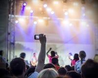 青年人照片获得乐趣在摇滚乐音乐会,活跃生活方式, 库存照片