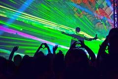 青年人照片获得乐趣在摇滚乐音乐会 免版税库存照片
