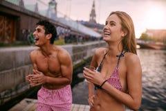 青年人获得乐趣在一个夏日在湖 免版税库存照片