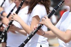 青年单簧管在游行的球员特写镜头在小镇美国 图库摄影