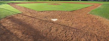 青年从后面本垒板观看的棒球场 库存照片