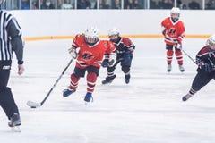 青年在实践的冰球队 库存图片