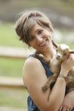 青年妇女和小山羊 免版税库存图片