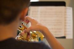 青年实践的喇叭 免版税库存照片