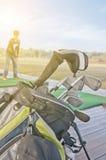 青年实践的高尔夫球 免版税库存照片