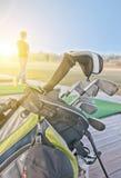 青年实践的高尔夫球 库存照片