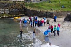 青年小组利用小组watersports的一个美好的春日 库存照片