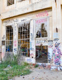 青年故意破坏:老力量议院废墟 免版税库存照片