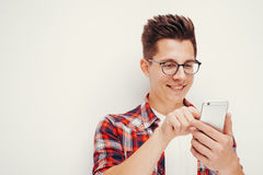 青年时期和技术 使用巧妙的电话的人演播室画象  查出 库存图片