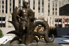青年时期和Prometheus在洛克菲勒广场,纽约 免版税库存照片