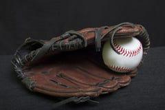 青年有白色安全棒球的皮球露指手套 库存照片
