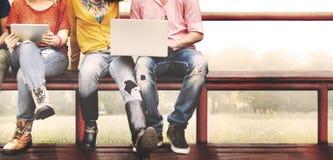 青年朋友一起友谊技术概念 免版税图库摄影