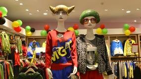 青年期服装店,时装模特,有趣的衣物模型的新型在时尚商店,精品店,精品店 库存照片