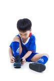 青年栓鞋子的足球运动员和为竞争做准备 Spor 免版税库存照片