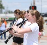 青年游行的单簧管球员在小镇美国 库存图片