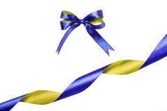 青黄色织品丝带和弓 背景查出的白色 库存照片